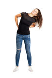 Fliegende junge Frau langen Haar Brunette, die Kopf rüttelt Stockfoto