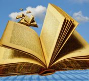 Fliegende offene Bücher Lizenzfreies Stockfoto