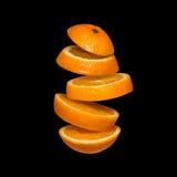 Fliegende Orange Geschnittene Orange lokalisiert auf schwarzem Hintergrund Stockfoto