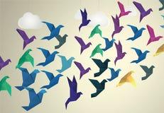 Fliegende Origami-Vögel und gefälschte Wolken Lizenzfreies Stockbild