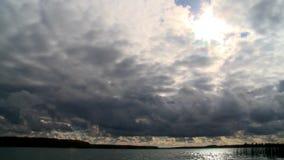 Fliegende Sturmwolken über dem Fluss stock footage