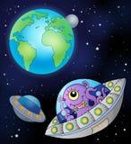Fliegende Untertassen nähern sich Erde Stockbilder