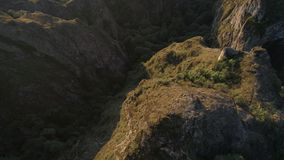 Fliegender Brummenschuß über den scharfen Felsen und den Schluchten in Georgia stock video footage