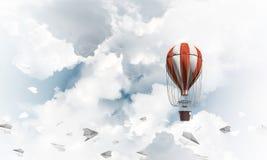 Fliegender Heißluftballon in der Luft Lizenzfreies Stockbild