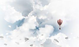 Fliegender Heißluftballon in der Luft Stockfotografie