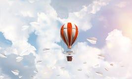 Fliegender Heißluftballon in der Luft Stockfoto