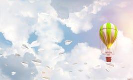 Fliegender Heißluftballon in der Luft Stockbild