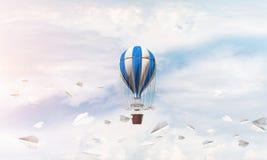 Fliegender Heißluftballon in der Luft Lizenzfreie Stockfotografie