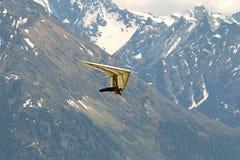 Fliegender Versuchsfuß startete Hängegleiter mit Zillertaler Alpenen-Berg Stockfotos