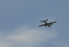 Fliegendes altes Flugzeug der Doppelstütze lizenzfreie stockfotos