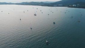 Fliegendes Brummen über der Bucht in der Stadt von Kuah, Langkawi stock video footage