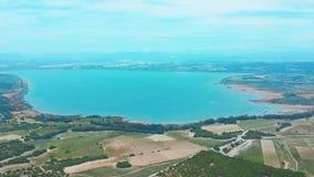 Fliegendes Brummen ?ber dem Salzsee nahe der Stadt von Torrevieja in Spanien stock footage