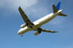 Fliegendes flaches Flugzeug gibt die Fahrgestelle frei stockfoto
