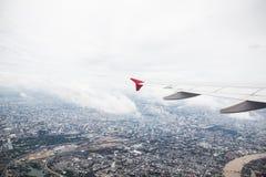 Fliegendes Flugzeug und Reise Stockbild