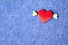Fliegendes Herz auf blauem Baumwollstoffhintergrund Liefern des Liebesrahmens Hintergrund für Valentine& x27; s-Konzept stockbilder