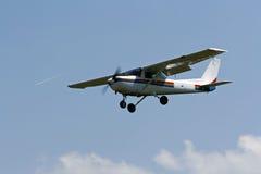 fliegendes kleines Flugzeug Stockfoto