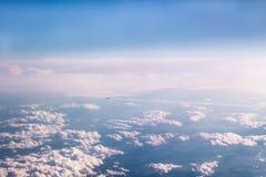 Fliegendes weghoch der Flugzeuge über den Wolken Stockfotos