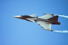 Fliegendurchlauf JAS Gripen bei Aero Indien lizenzfreies stockfoto