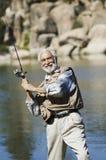 Fliegenfischen des älteren Mannes stockbild