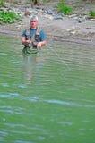 Fliegenfischen im ruhigen Wasser Lizenzfreie Stockbilder