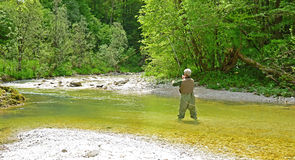Fliegenfischen im ruhigen Wasser Lizenzfreie Stockfotografie