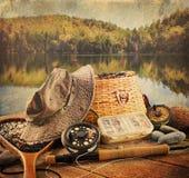 Fliegenfischereiausrüstung mit Weinleseblick Stockfoto