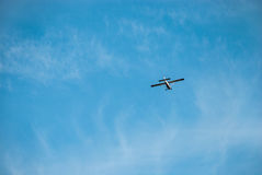 Fliegenflugzeuge gegen den blauen Himmel lizenzfreie stockfotografie