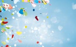 Fliegenherz formt in Himmel mit Kopienraum Lizenzfreie Stockfotos