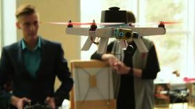 Fliegenhubschrauber hergestellt von den Studenten, Russland stock footage