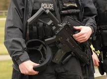 FLIEGENKLATSCHE bewaffnete Polizei Lizenzfreies Stockfoto