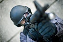 FLIEGENKLATSCHE Offizier mit Gewehr Stockfotografie