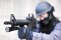 FLIEGENKLATSCHE Offizier mit Gewehr Lizenzfreie Stockfotos