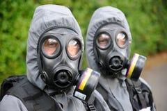 FLIEGENKLATSCHE-Offiziere in den Gasmasken Stockbilder