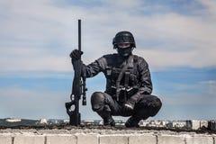 FLIEGENKLATSCHE-Polizeischarfschütze Lizenzfreies Stockbild