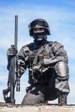 FLIEGENKLATSCHE-Polizeischarfschütze Stockfoto