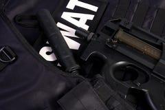 FLIEGENKLATSCHE-Rüstung und -gewehr Stockfotografie