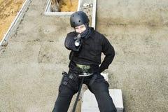 FLIEGENKLATSCHE Team Officer Rappelling und zielen Gewehr Stockbilder