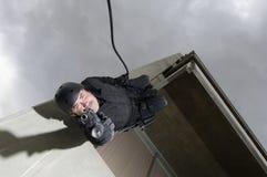 FLIEGENKLATSCHE Team Officer Rappelling und zielen Gewehr Lizenzfreie Stockfotos