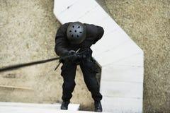 FLIEGENKLATSCHE Team Officer Rappelling vom Gebäude Lizenzfreie Stockfotos
