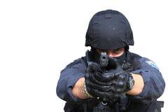 Fliegenklatschepolizeibeamte, der ein Gewehr auf die Kamera, lokalisiert auf Weiß zeigt Lizenzfreies Stockfoto