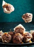 Fliegenkleiner kuchen mit gesalzenem Karamell Stockbild