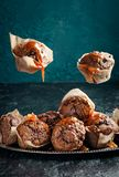 Fliegenkleiner kuchen mit gesalzenem Karamell Lizenzfreies Stockfoto