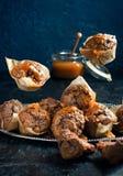 Fliegenkleiner kuchen mit gesalzenem Karamell Stockbilder