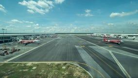 Fliegenlinie mit Flugzeugen in Kuala Lumpur-Flughafen Stockbilder