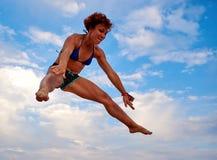 Fliegenmädchen über schönem Himmel Lizenzfreie Stockfotografie