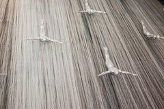 Fliegenmänner am Wasserfall im Dubai-Mall stockbild