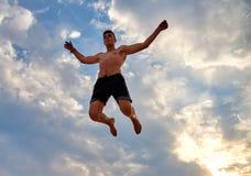 Fliegenmann über schönem Himmel Stockbild