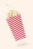 Fliegenpopcorn mit rot-berührtem Paket Lizenzfreies Stockbild