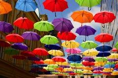Fliegenregenschirm auf der Straße stockbild