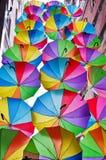 Fliegenregenschirme auf der Straße in Istanbul Die Türkei Stockfotografie